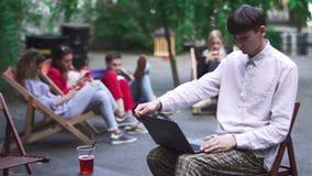 Отделка молодого человека его работа на netbook и идет прочь сток-видео