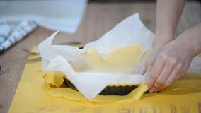 Отделка с избытка печенья Делать пирог с сливами сток-видео