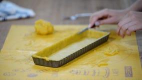 Отделка с избытка печенья Процесс работы в кухне сток-видео