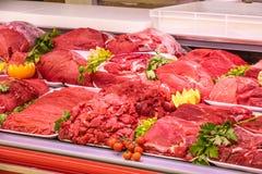 Отдел мяса, витрина с разнообразием мяса в различных отрезках стоковое фото rf