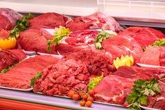 Отдел мяса, витрина с разнообразием мяса в различных отрезках стоковое фото