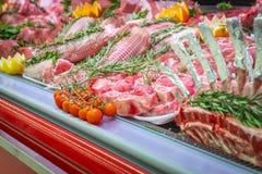 Отдел мяса, витрина с разнообразием мяса в различных отрезках стоковые фото