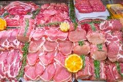 Отдел мяса, витрина с разнообразием мяса в различных отрезках стоковая фотография rf
