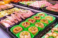 Отдел мяса, витрина с разнообразием мяса в различных отрезках стоковая фотография