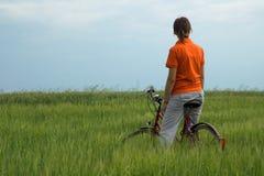 отдыхать девушки поля велосипеда зеленый Стоковое Фото