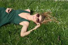отдыхать девушки счастливый Стоковые Изображения