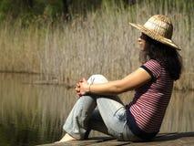 отдыхать озера девушки близкий Стоковое Фото