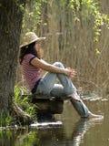 отдыхать озера девушки близкий Стоковые Фото