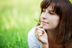отдыхать травы девушки Стоковые Изображения