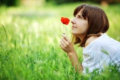 отдыхать травы девушки Стоковые Изображения RF