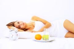 отдыхать утра девушки кровати Стоковая Фотография