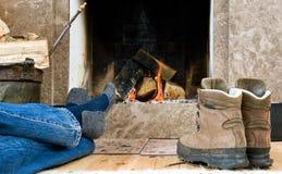 отдыхать hiker камина Стоковые Изображения