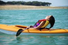 отдыхать kayak девушки Стоковая Фотография