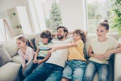 Отдых, концепция образа жизни Фото самого лучшего отца с взглядом детей стоковая фотография