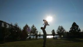 Отец бросает его сына сток-видео