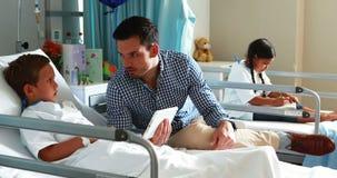 Отец взаимодействуя с его больным сыном акции видеоматериалы