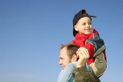 отец взваливает на плечи сынка Стоковые Фотографии RF