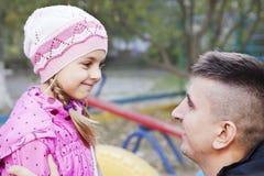 Отец говоря к дочери Стоковое Изображение