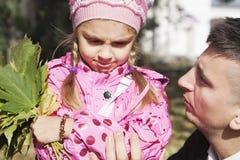 Отец говоря к дочери Стоковое Фото