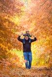 отец давая piggyback сынка езды стоковое фото rf