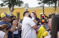 Отец держа его дочь младенца на протесте против Nicolas Maduro стоковые фото