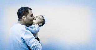 Отец держа 6 ребёнков месяца старых Стоковые Фотографии RF