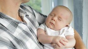 Отец держа сына младенца дома акции видеоматериалы