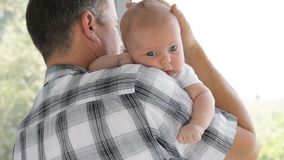 Отец держа сына младенца дома видеоматериал