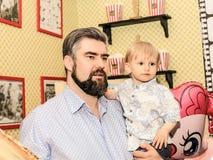 Отец держит двухлетнего сына в его оружиях Концепция fatherly любов стоковые фотографии rf