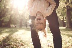 Отец держит его ноги ` s дочери стоковые фотографии rf