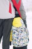 Отец держит руку в одеждах зимы, зиму ` s мальчика, семью, рука об руку, образ жизни Стоковые Фото