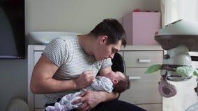 Отец держит newborn младенца в оружиях акции видеоматериалы