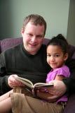 отец дочи читая к стоковые фото