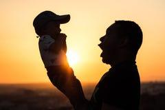 Отец задерживая его младенца стоковые фото