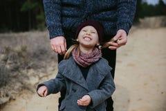 Отец играет с его дочерью в осени стоковая фотография