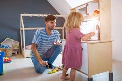 Отец играя с дочерью дома стоковые изображения
