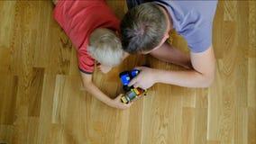 Отец играя с его сыном, взгляд сверху сток-видео
