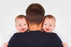 Отец и близнецы Стоковые Фотографии RF
