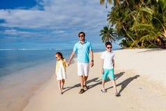 Отец и дети на бассейне стоковые изображения rf