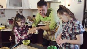 Отец и дочери протягивают толстое тесто в длинную прокладку акции видеоматериалы