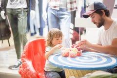 Отец и дочь есть мороженое на ресторане Стоковые Фотографии RF