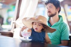 Отец и дочь есть мороженое на ресторане Стоковое Изображение