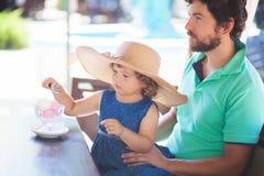 Отец и дочь есть мороженое на ресторане Стоковое Изображение RF