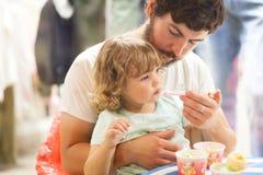 Отец и дочь есть мороженое на ресторане Стоковые Изображения