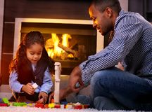 Отец и дочь играя совместно стоковое фото rf
