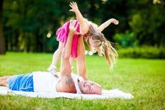 Отец и дочь имея потеху в парке стоковая фотография rf