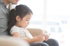 Отец и дочь используя ПК таблетки стоковые фото