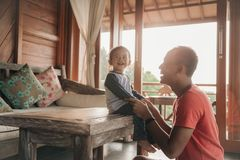 Отец и дочь наслаждаясь совместно стоковые изображения rf