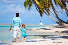Отец и дочь на пляже стоковое изображение