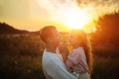 Отец и дочь обнимая на заходе солнца outdoors стоковая фотография rf